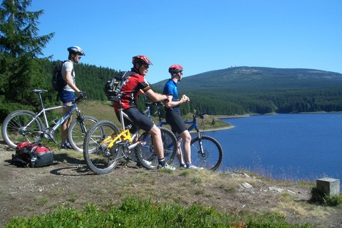 Mountainbike-Gruppe am See